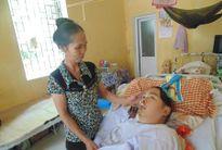 Người mẹ nghèo gần 10 năm nuôi con bại não