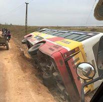 Bắc Giang: Xe buýt lật nghiêng bên vệ đường khiến hành khách phát hoảng