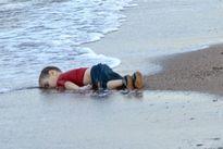 Charlie Hebdo lại gây sốc khi tiếp tục bôi nhọ hình ảnh 'cậu bé Syria bên bờ biển'