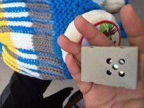 Cẩn trọng khi cho trẻ đội mũ len gắn hộp âm thanh
