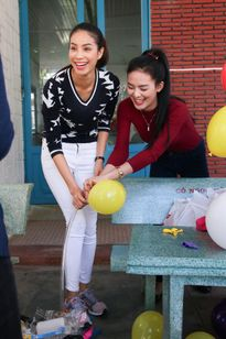 Hoa hậu Phạm Hương trổ tài khéo léo dỗ dành các em nhỏ