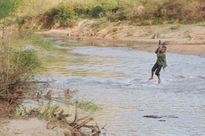 Dỡ cáp treo người dân tự chế để qua sông Pô Kô