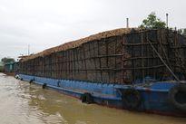 Tàu chở gỗ dăm quá khổ, đe dọa ATGT đường thủy