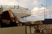 TP HCM: Cần cẩu hàng chục tấn đổ sập
