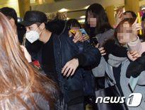 Lộc Hàm bị fan vây kín, lần đầu lộ diện Hàn Quốc sau khi rời EXO