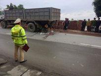 Lao vào xe tải đỗ vệ đường, một phụ nữ tử vong