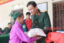 Các đơn vị, địa phương, doanh nghiệp tặng quà Tết cho hộ nghèo