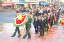 Dâng hương, hoa tại Tượng đài Mẹ dũng sĩ Thanh Khê