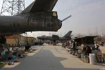 Khu chợ phiên kỳ lạ ngay dưới chân... xác máy bay ném bom