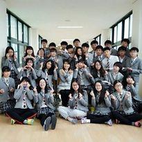 Các chiêu chống rét của nữ sinh Hàn khi đến trường