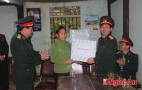 Đoàn Kinh tế - Quốc phòng 4 tặng quà 80 gia đình chính sách, hộ nghèo