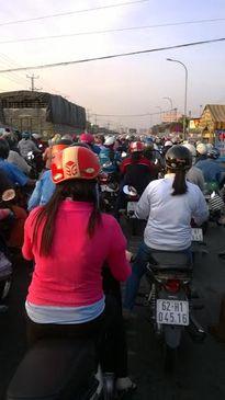 Hàng ngàn công nhân không vào được công ty vì kẹt xe