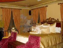 Soi phòng ngủ hoàng gia lộng lẫy của người đẹp Việt