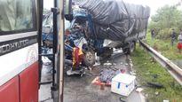 Xe tải tông trực diện xe khách trên đường Hồ Chí Minh
