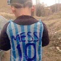 Chú bé mặc áo Messi gây sửng sốt cộng đồng mạng