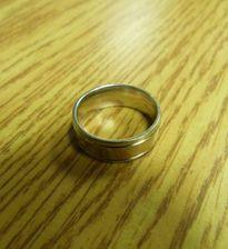 Cảnh sát đăng tin tìm... người đánh rơi nhẫn cưới