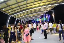 Người dân Cần Thơ nô nức chơi Tết trên cầu đi bộ du lịch mới