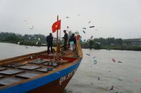"""Hàng trăm tàu thuyền """"đua"""" trên sông Bàn Thạch lấy lộc đầu năm"""