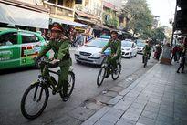 Thân thiện hình ảnh Cảnh sát đạp xe xuống phố