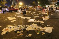 Rác lại ngập mặt phố Sài Gòn khi Giao thừa trôi qua