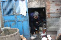 Những phận người còm cõi thân già đón Tết nơi góc chợ