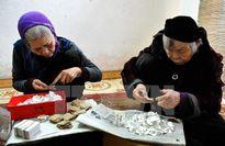 Người dân làng Kiêu Kỵ ấm no nhờ nghề cổ truyền dát vàng quỳ