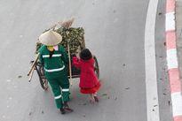 Rơi nước mắt lặng nhìn bé gái giúp mẹ đẩy xe rác ngày Tết