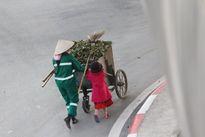 Lặng người thấy cảnh cô bé đẩy xe rác cùng mẹ trong ngày Tết