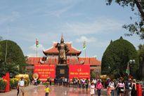 Người dân khắp nơi đổ về Tây Sơn xem lễ hội Đống Đa