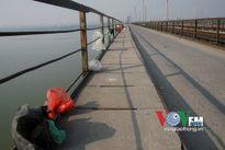 Cầu Long Biên ngập rác, túi nilon những ngày Tết