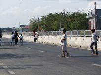 Người dân tháo tấm chống lóa, bất chấp nguy hiểm băng ngang quốc lộ