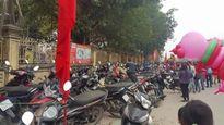 Dịch vụ trông xe 'chặt chém' du khách ở Hội Lim