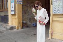 Ninh Dương Lan Ngọc diện trang phục sặc sỡ dạo phố