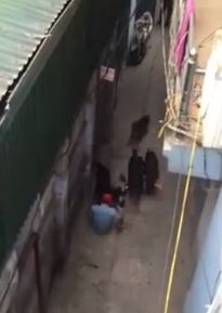 Clip: Người đàn ông bị cả đàn chó dữ tấn công khiến nhiều người hoảng sợ