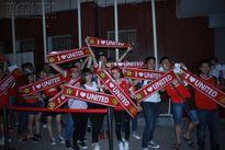Xếp hàng từ chiều đến tối, fan M.U Việt buồn bã vì trận đấu tranh top 4 bị hủy