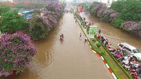 Hà Nội ngập nước, dịch vụ dắt xe 'lên ngôi'