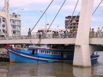 Đang giải cứu tàu cá mắc kẹt dưới gầm cầu Lê Hồng Phong