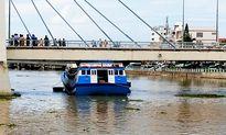 Nước sông dâng cao, tàu cá mắc kẹt dưới gầm cầu