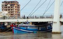 Giải cứu tàu cá mắc kẹt dưới gầm cầu