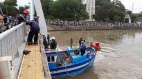 Tìm phương án giải cứu tàu mắc kẹt dưới cầu Lê Hồng Phong