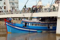 Nước rút, khẩn trương đưa tàu bị kẹt ra khỏi cầu ở Bình Thuận