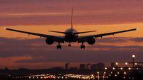 Máy bay liên tục bị chiếu laser: Nguy hiểm rình rập
