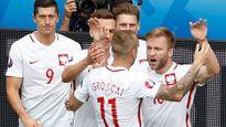 Tuyển Ba Lan hứng 'mưa chai' vì ăn mừng nhầm khán đài