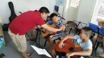 Fan xúc động với hình ảnh con trai Trần Lập học guitars