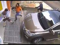 SỐC: Sởn gai ốc với clip côn đồ cầm mã tấu truy sát phụ nữ tận cửa nhà
