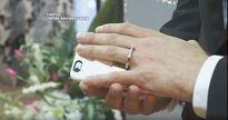 Vì quá yêu, chàng trai này quyết định cưới luôn smartphone về làm vợ