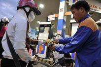 Doanh nghiệp dự đoán giá xăng ngày mai giảm tối đa 300đ/lít