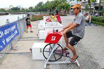 TP.HCM: Già trẻ kéo nhau đi đạp xe lọc nước kênh Nhiêu Lộc