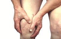 Người già cẩn thận bệnh đau xương khớp mùa mưa