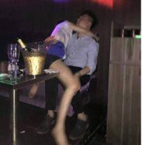 Mỹ nữ say rượu trong quán karaoke bị bạn trai tung ảnh nóng